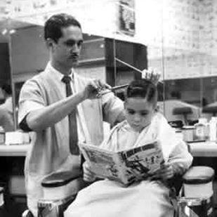 Peluquero cortando a chico