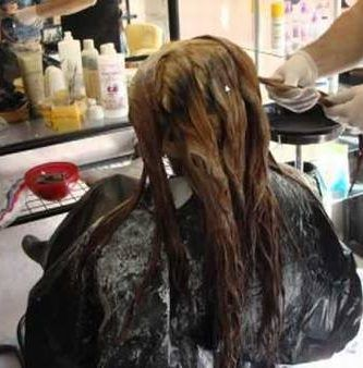 Decoloración intensa en cabello teñido de negro