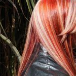 Color Del Cabello Rojo Intenso y Mechas Blancas