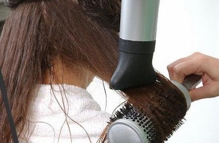 secar el cabello mujer