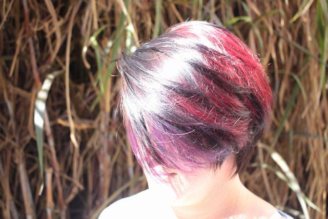 Tecnicas mechas violetas y rojo cabello